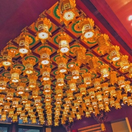 Beautiful lanterns on the cieling.
